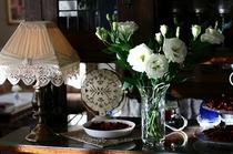 マイフェブライトシングス。古いバフェの上に、勝手に私の好きな物。家具は1920年代の物が多いです