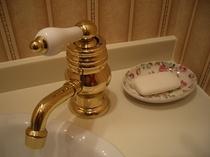 客室洗面室の真鍮水栓です。錆びていくのに味があります。