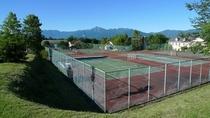 テニスコート側から八ヶ岳テラスを見た風景です。むこうに南アルプスが見えます。