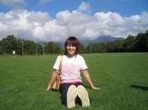 ここはお客様もわがスタッフも大好きな大芝生です。後ろに八ヶ岳、前に南アルプス!