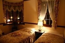 夜のビュールームです。ナイトランプとナイトテーブルはプリティウーマンを撮影した当時のビバリーウイルシ