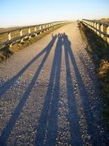 美ヶ原高原の秋です。みんなの足が長ーいシルエットになりました。