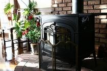 冬はこの薪ストーブに火が入ります。でも実は全館床暖房で暖かいんです。でも燃える火は心があったまります