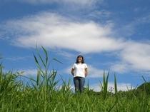 緑の丘と白い雲。この高原には普通にある風景でふと気付かずに過ごしてしまいます。都会から戻った時に、び