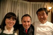 まん中は敬愛する片岡鶴太郎さん。おかしなご縁あって、毎年桃の花の咲くころお越し下さいます。なんて魅
