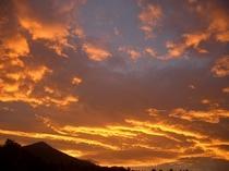 朝焼けです。早朝、窓から八ヶ岳を見たら  燃えるように流れる雲に感動!