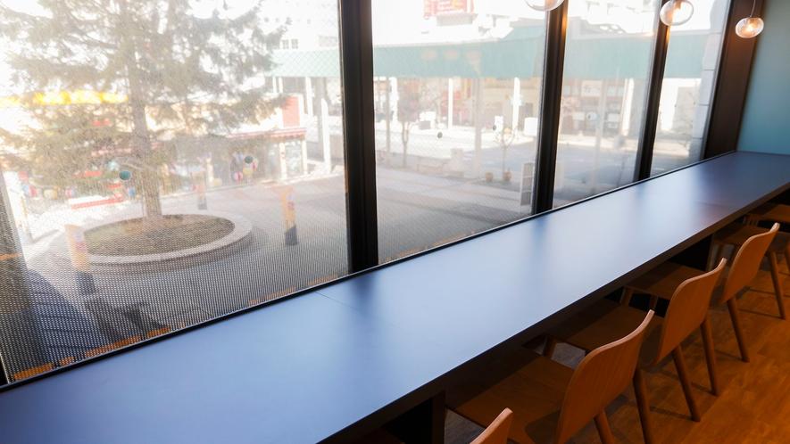 朝食会場カウンター席(パサージュ広場側)