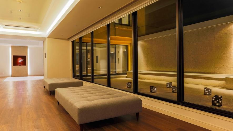3階 夜の中庭(金山焼灯篭)