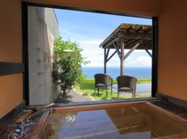【全室共通】すべての部屋には海を望む展望内風呂も備わります。