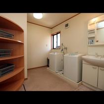 お風呂の脱衣所には無料の洗濯機付