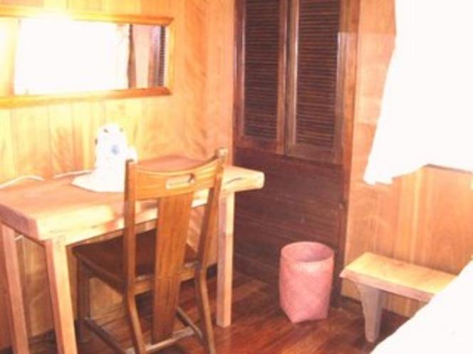 シングルルームの手造り家具