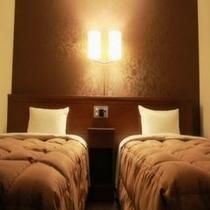 ベッド幅120×196cmのシングルベッドが2台ございますツインルーム。ベッドランプの灯りが快適な空