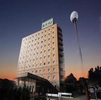 国道50号線沿いに位置し、夜は屋上ネオン看板が点灯しております。