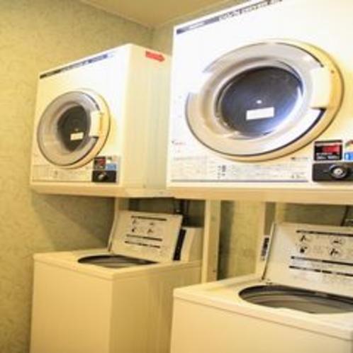 男性大浴場脱衣場に洗濯機・乾燥機が各2台、女性大浴場脱衣場に各1台ございます。
