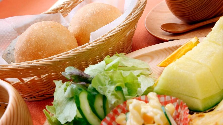 朝食(フルーツ&焼き立てパン)