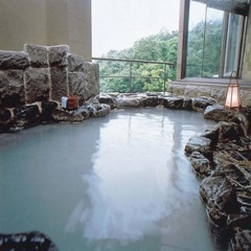 岩風呂(5F) 乳白色の硫黄泉