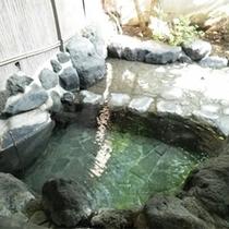 *露天風呂/岩造りの露天風呂は冬期以外24時間入り放題!