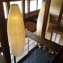*玄関/吹き抜けの梁がいい雰囲気を醸し出す空間。