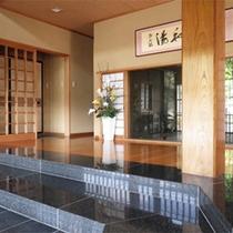 *玄関/明るく解放感のある玄関。奥には中庭の眺めが楽しめます。