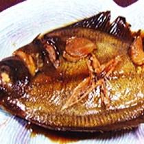 *夕食一例/こっくりと煮込まれた煮魚は旬のお魚をチョイス。