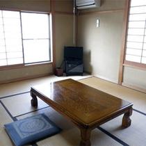 *客室一例/お部屋はシンプルな造りの8畳〜10畳の和室。