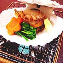 *夕食一例/殻付きホタテのバター焼き※季節により異なります。