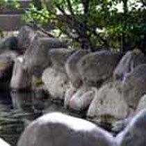 24時間入浴可能 岩風呂 窓の外には子浦の美しい海岸