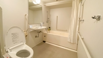 【バスルーム】デラックスルームは通常よりも広いため、車いすの方もご利用頂けます。
