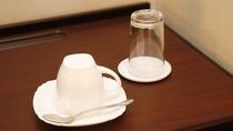 【マグカップ・グラス】客室内にはマグカップとグラスの2種類をご用意。