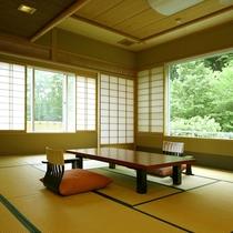 *展望部屋/新緑の時期は、窓から美しい緑が眺められます