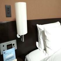 ベッド枕元にコンセント&USBポート新設(全室)