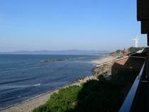 客室のバルコニーから見た海