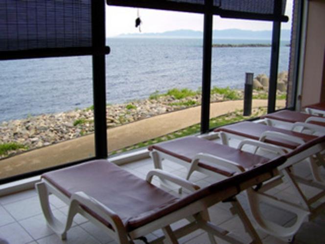 プール横にある、水着を着たまま休息できるリラクゼーションルーム