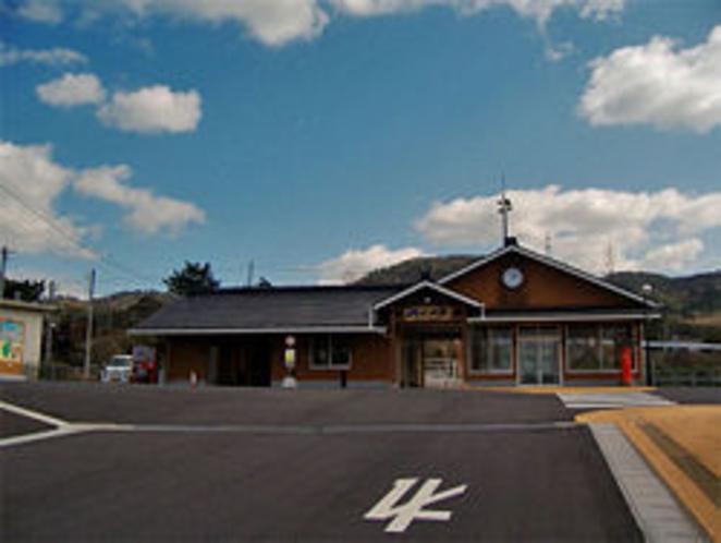 施設最寄駅JR小田駅から徒歩4分(改札目の前の坂道を下ると、右手に茶色の建物がマリンタラソ出雲です)