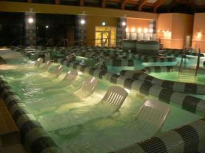 幻想的な夜のプールのデッキチェア