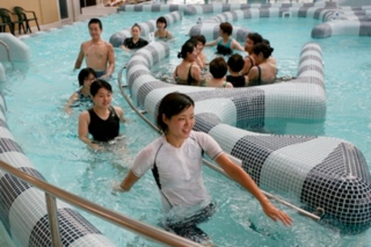 プールでは、セラピストによる運動教室も開催しています☆