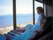 リラクゼーションで海を見ながら休息中