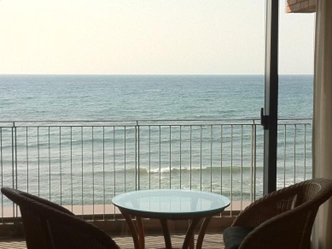 日本海を一望できるバルコニー&客室備品◇籐椅子◇◇ガラステーブル◇