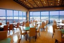 2階レストランからはダイナミックな海の景色をパノラマで一望できます!