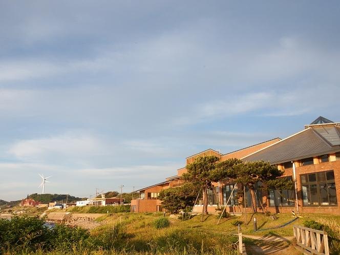 夕日に照らされる施設をタラソパークから撮影