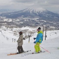 春スキーはのんびり滑られるのが魅力。半袖姿で滑られるあたたかな日も。