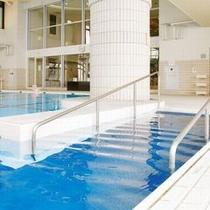 【室内温水プール】小さなお子様が遊べる浅瀬もあります。 ご家族揃ってご利用いただけます。