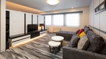 【ジュニアスイートルーム】57.3平米/モダンな雰囲気に大きなソファがあるリビングでお寛ぎください