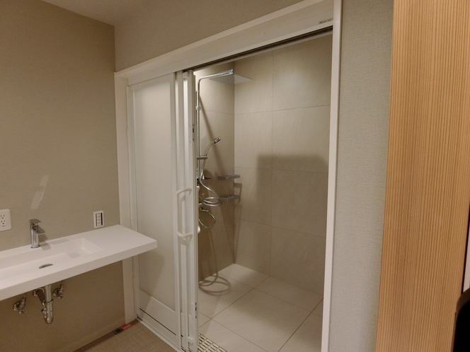 ファミリールームA シャワールーム、トイレ、一階のお部屋