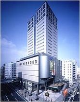 ホテルより徒歩3分のNTTクレドビル。21階建てのランドマークビルで、ショッピング、オフィスフロアに