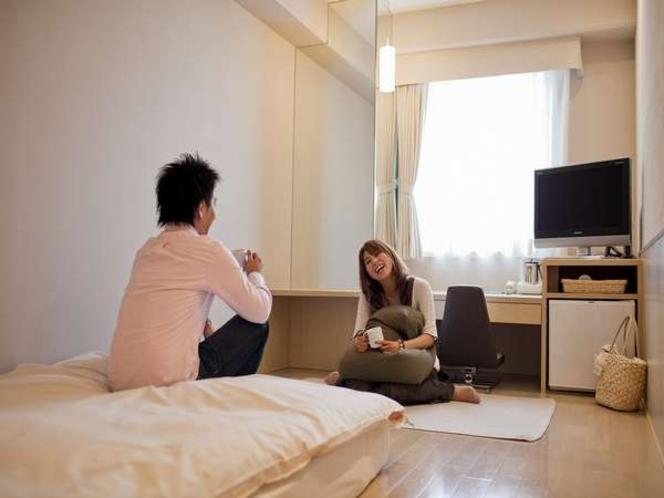 「この部屋ってなんだか落ち着くね♪」GORORIダブルのお部屋で寛ぎのひと時を…