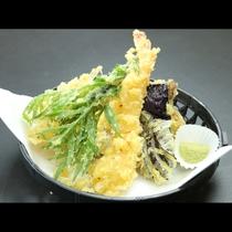 【季節の天ぷら】サクサクの天ぷらをお塩でお召し上がりください。