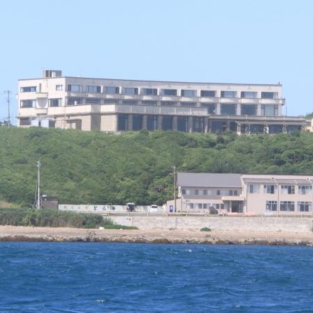 太平洋・鹿島灘を望む高台にあり、部屋の広い窓は、雄大な水平線を見渡すことができます。