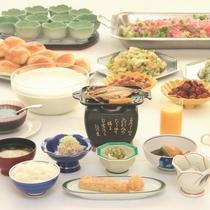 【朝食一例】お飲み物類、野菜サラダ、梅干、納豆、パンなどはビュッフェ形式でご用意しています