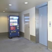 【3階客室階のエレベーターホール】 3階エレベーターホールに自動販売機がございます